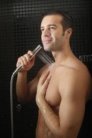 hombre y ducha fría