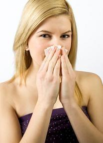 Chica con nariz tapada, congestión nasal