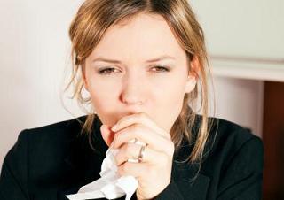 Mujer con tos persistente.
