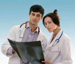 doctores viendo radiografías