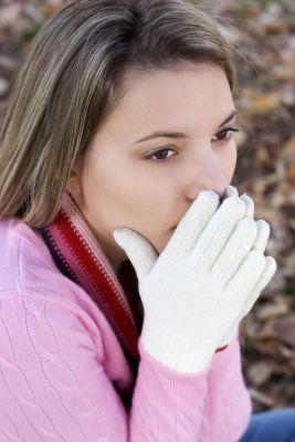 Joven con manos frias