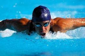 Hombre atleta nadando