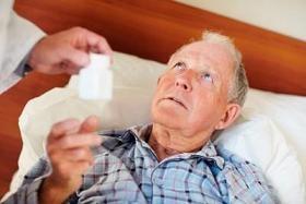 Hombre mayor tomando medicamento