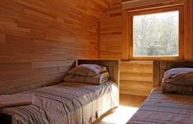 Una habitación con ventana abierta