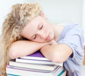 Chica duerme sentada y respiración