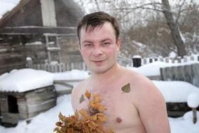 hombre tomando ducha fría