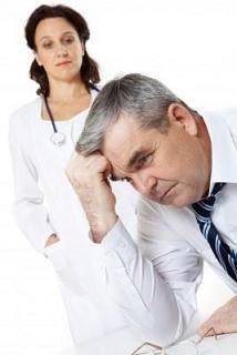 Hombre estresado con visita al médico