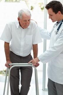 doctor ayuda paciente