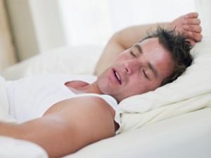 hombre durmiendo con boca abierta