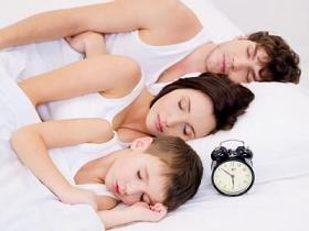 familia durmiendo posicion izquierda
