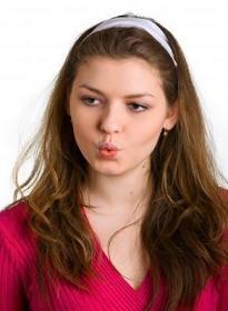mujer-joven-labios-fruncidos