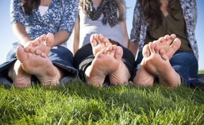 Mujeres descalzas