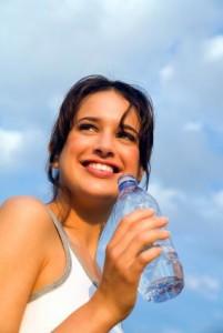 Mujer sonriendo durante el ejercicio con buena salud física