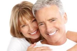 Pareja sonriente con gran salud física