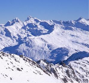 Paisaje montañoso con nieve